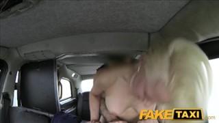 Seks z boska kocicą w taksówce