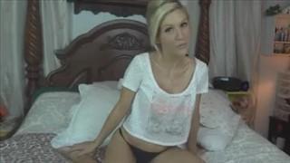 Sympatyczna blondynka pokazuje swoje ładne cycuszki