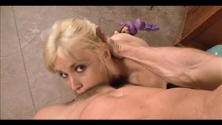 Blondi z pięknymi oczkami bierze całego penisa do ust