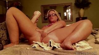 Młoda wciska w swą szparkę seks zabawkę