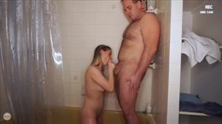 Cycata babeczka zabawia się w łazience
