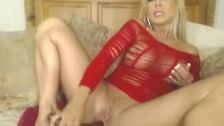 Silikonowa bogini w czerwonym stroju