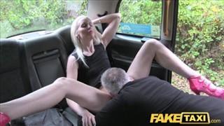 Wkłada seks zabawkę w jej cipkę