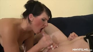 Babka ze sterczącym biustem trzepie dwa fiuty