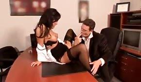 Szef rżnie dobrą suczkę w biurze