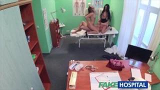 Porno doktorek rżnie dwie laseczki w szpitalu