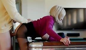 Seks z mega gorącą dziewczyną na stole bilardowym