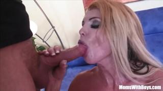 Seks z wyrzeźbioną porno gwiazdą od tylca