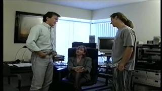 Faceci zabierają się za rozkoszną panienkę w biurze