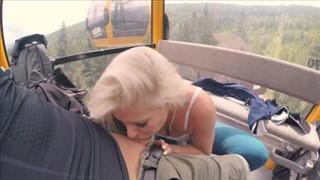 Laska masturbuje się ogórkiem w sklepie
