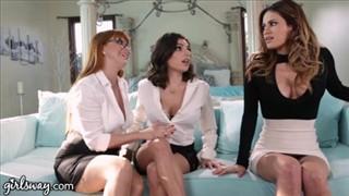 Seks na dywaniku z czarnowłosą koleżanką