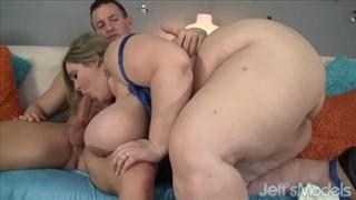 Seks z dwiema pięknościami w salonie