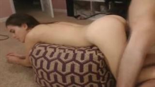 Seks na dywaniku z wypiętą babeczką
