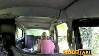 Barbie z boskimi piersiami w taksówce