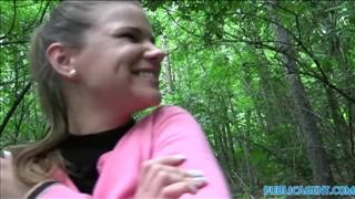 Agent rżnie mega laseczkę w lesie