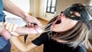 Laska z kolczykami lubi gdy sika do jej buzi