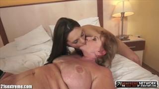 Brunetka jest całowana po babci po piersiach