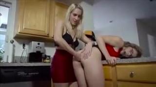 Mamusia z niegrzeczną córcią w kuchni