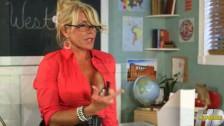 Opalona nauczycielka w koszuli