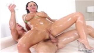 Seks na kanapie z ostrymi zawodniczkami