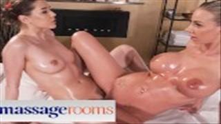Mama i młoda laska z seks zabawką na pasku