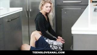 Śliczna blondi robi loda przed kuchennym posuwaniem