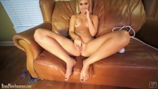Seksi blondi z ulubionym wibratorem