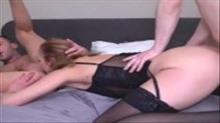 Mąż zapina cipkę a murzynek pieprzy jej analną dziurkę