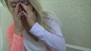 Blond ślicznotka obciąga fiutka na macie