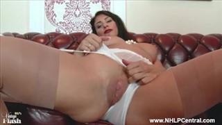 Seks laseczka pieści się obcasem