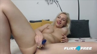 Dziewczyna ze sterczącymi sutkami pieści się seks zabawką
