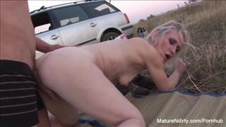 Seks z blondi przy aucie