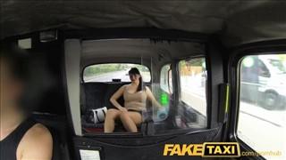 Czarnowłosa pani bierze całego fiuta do dzioba w taksówce
