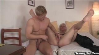 Młody blondyn bzyka ją na wyrku
