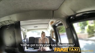 Boski seks z cycatą lalunią w taksówce