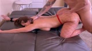 Porządny seks z naturalną blondynką na kanapie