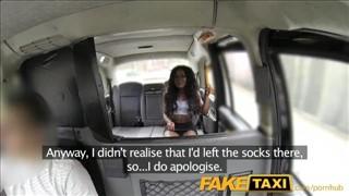Seks w taksówce z boską murzynką
