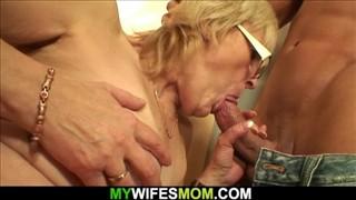 Stara baba ciągnie kutasa