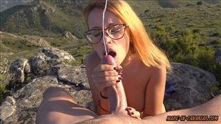 Seks z rudą laską w na szczycie góry