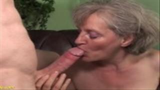 Stara dama ma sterczące piersi