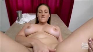 Naturalne krągłości gorącej brunetki