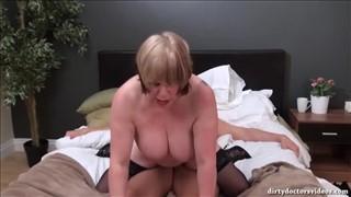 Dojrzała pokojówka ma ochotę na szefa