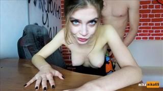 Niebieskie oczka seksownej amatorki