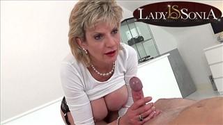 Lady Sonia trzepie penisa dłonią