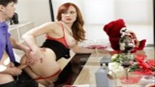 Seks z cycatą mamusią w jadalni