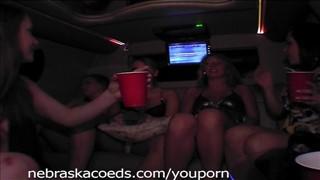 Głupie laski pokazują cyce po pijaku w limuzynie