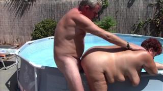 Igraszki w basenie ze starą żoną