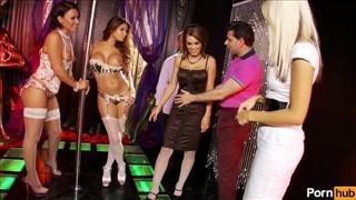 Seks z cycatymi laluniami w klubie go go