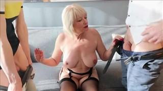 Alany seks z dojrzałą blondi w trójkącie
