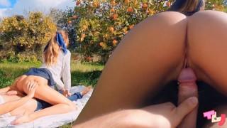 Romantyczny seks w ogrodzie z piękną blondynką